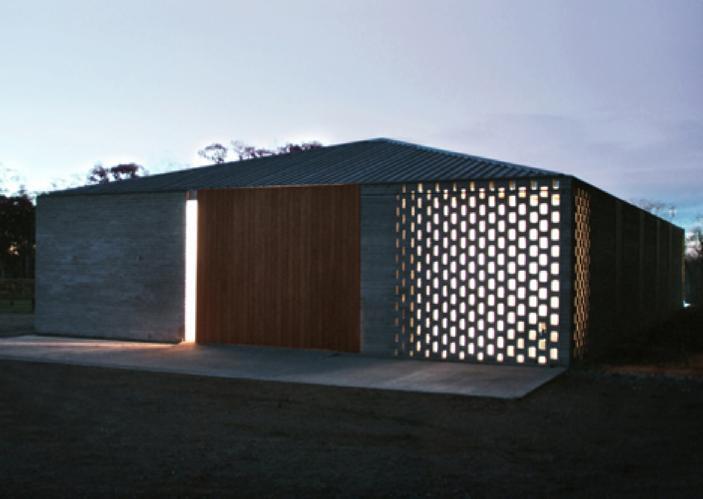 屋顶覆盖着平缓的木檩条外露的钢屋面